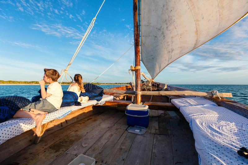 Ungar som seglar på dhowen fotografering för bildbyråer
