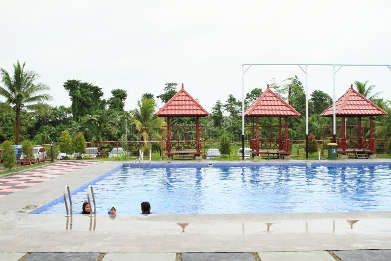 Ungar som simmar i kläder i underhållning, parkerar Manneken arkivfoto