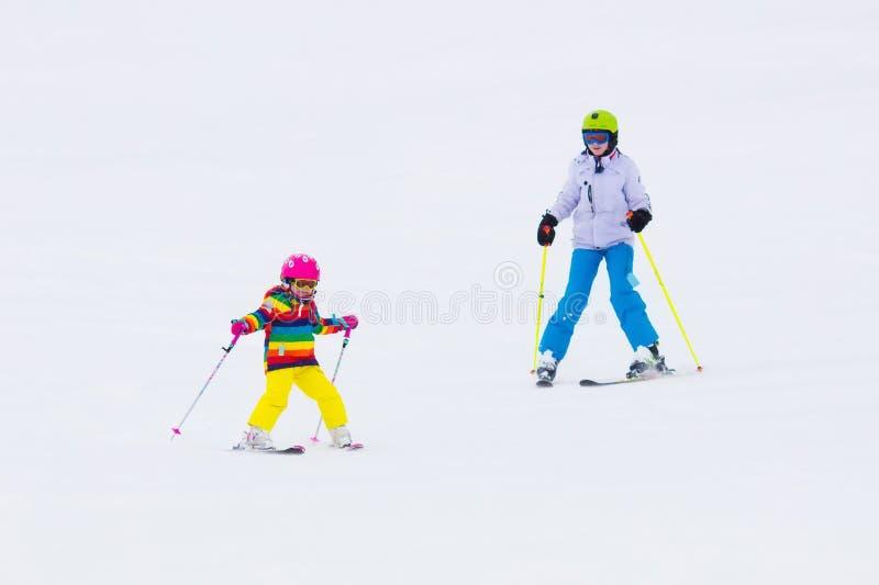 Ungar som skidar i bergen arkivfoto