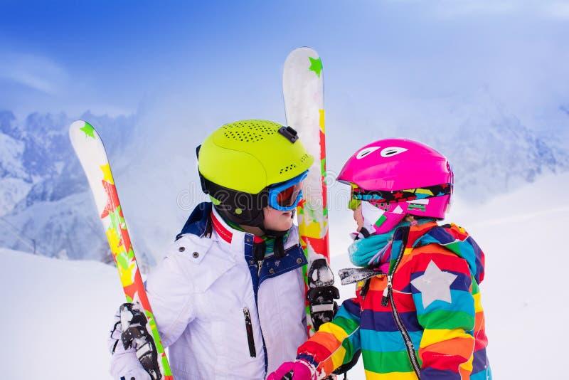 Ungar som skidar i bergen royaltyfria bilder