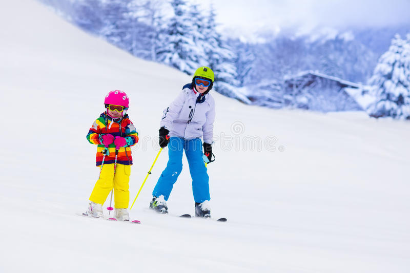 Ungar som skidar i bergen royaltyfria foton