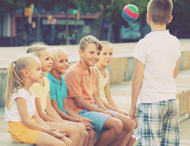 Ungar som spelar bollen tillsammans royaltyfria foton