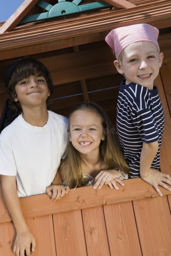Ungar som spelar i en lekstuga royaltyfria bilder