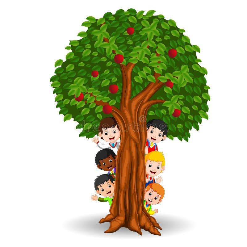 Ungar som spelar i ett äppleträd stock illustrationer