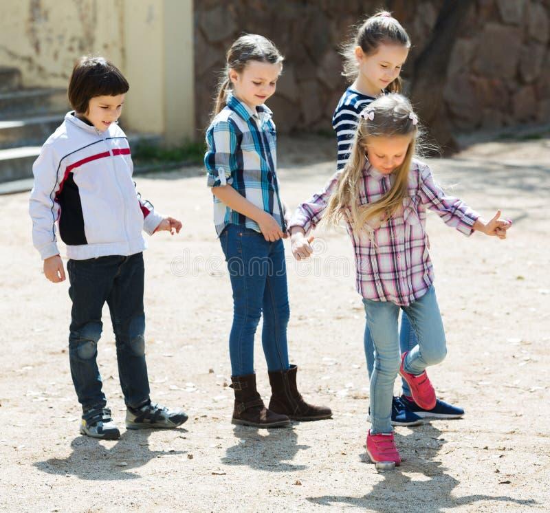 Ungar som spelar i hoppa hagelek royaltyfria foton