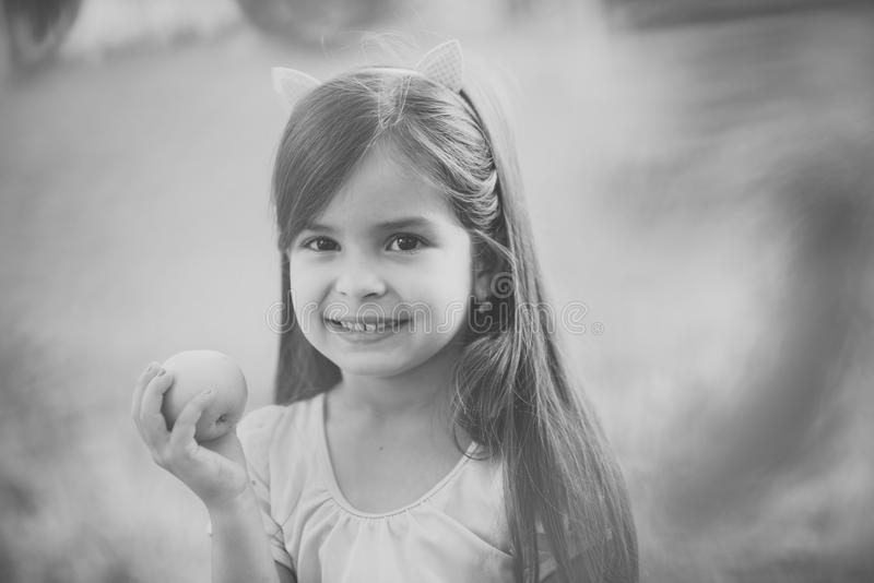Ungar som spelar - lycklig lek Barnleende med grön äpplefrukt på naturen, mat fotografering för bildbyråer