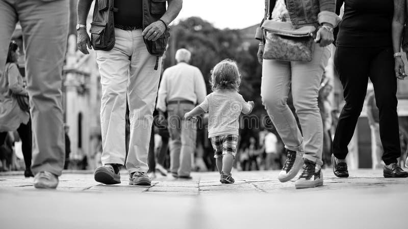 Ungar som spelar - lycklig lek Behandla som ett barn pojken som går i folkmassa arkivbilder