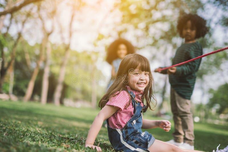Ungar som spelar med vännen arkivbild