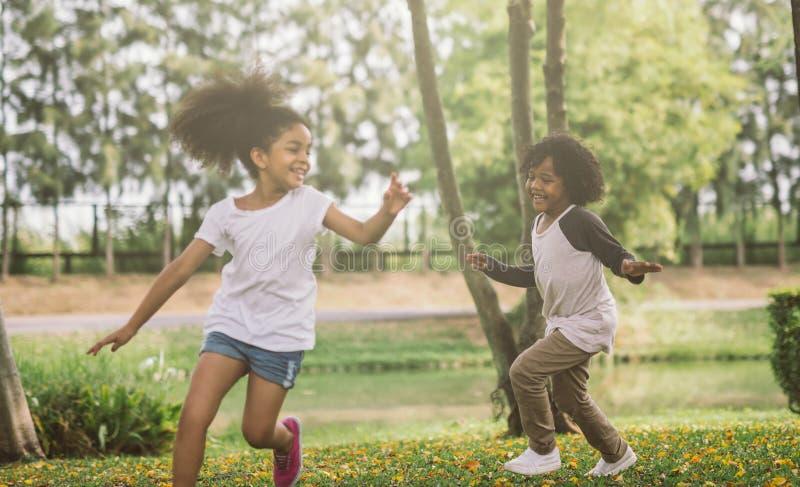 Ungar som spelar med vänner royaltyfria foton