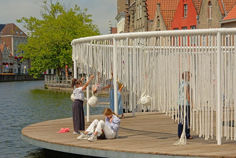 Ungar som spelar på ` den sväva ö`en, en konstinstallation i den historiska mitten av Bruges vid Obba, del av den Bruges treårspe royaltyfri fotografi