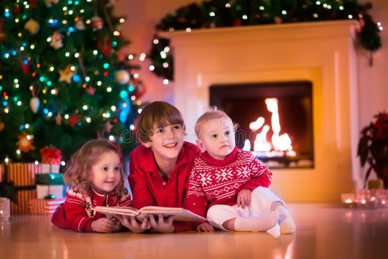 Ungar som spelar på spisen på julhelgdagsafton fotografering för bildbyråer