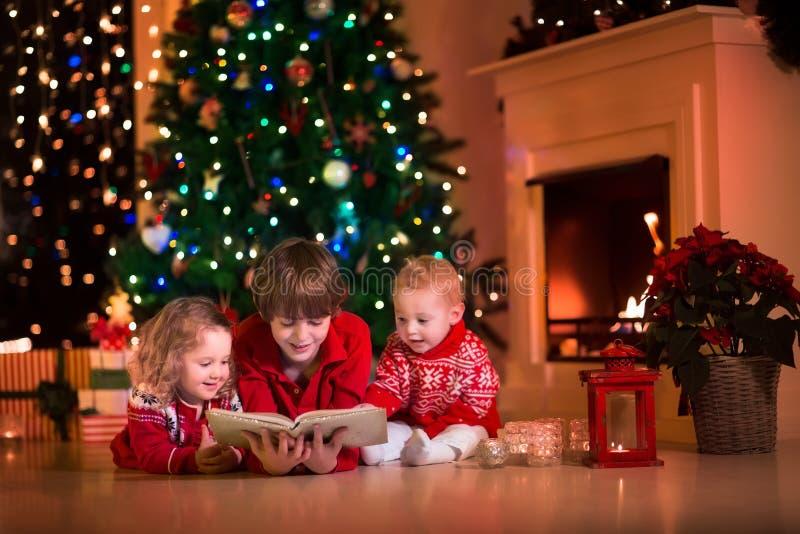 Ungar som spelar på spisen på julhelgdagsafton royaltyfria foton