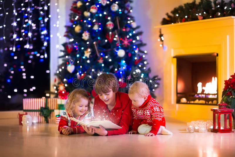 Ungar som spelar på spisen på julhelgdagsafton royaltyfri bild