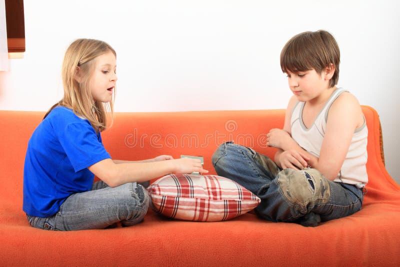 Ungar som talar om hus royaltyfria foton
