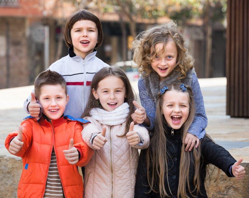 Ungar som visar upp tummar royaltyfri foto