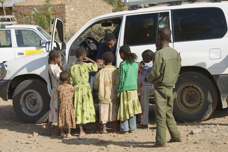 Ungar tigger för pengar från en bilchaufför i Adwa, Etiopien arkivfoton