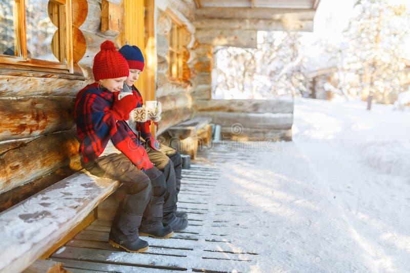 Ungar utomhus på vinter arkivbild
