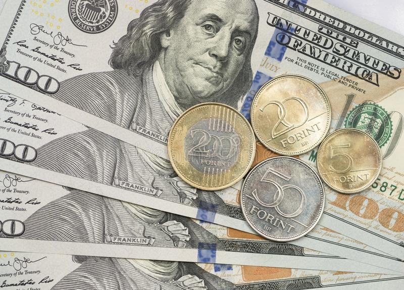 Ungarische Münze auf Dollarscheine lizenzfreie stockbilder