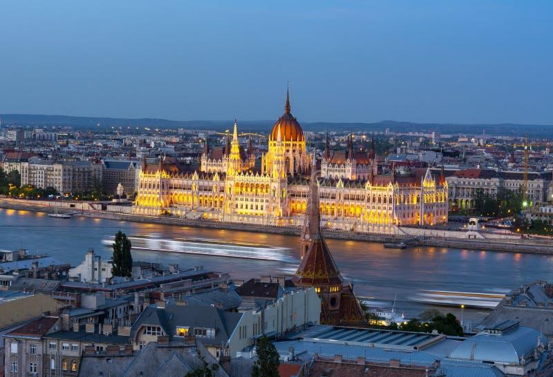 Ungarische Parlaments-Gebäude und die Donau an der Dämmerung, Budapest, Ungarn lizenzfreie stockbilder