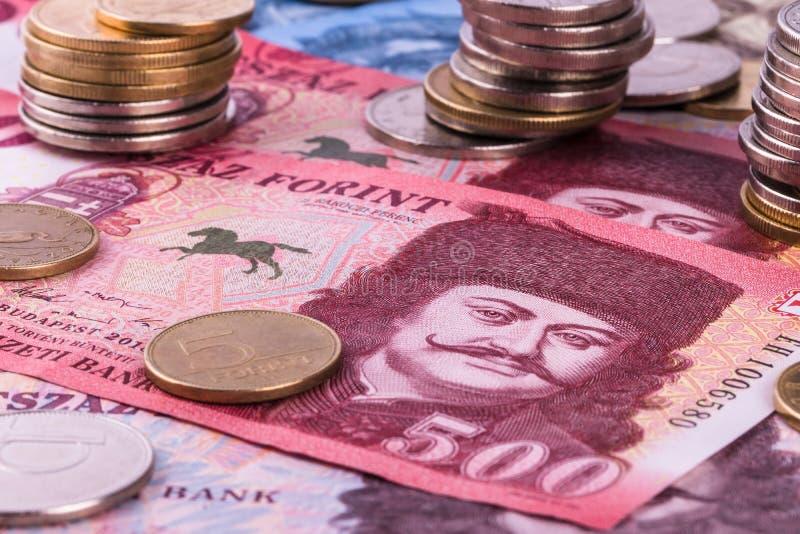 Ungarische Währung - Forint, Nahaufnahme In den Hintergrundbanknoten von verschiedenen Bezeichnungen stockfoto
