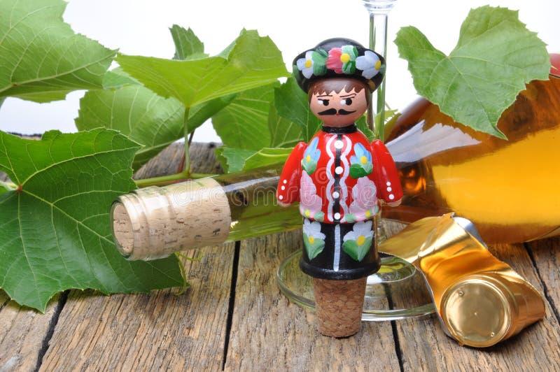 Ungarischer dekorativer Korkenzieher, Weinflasche und Glas Wein auf dem Holztisch stockfotografie