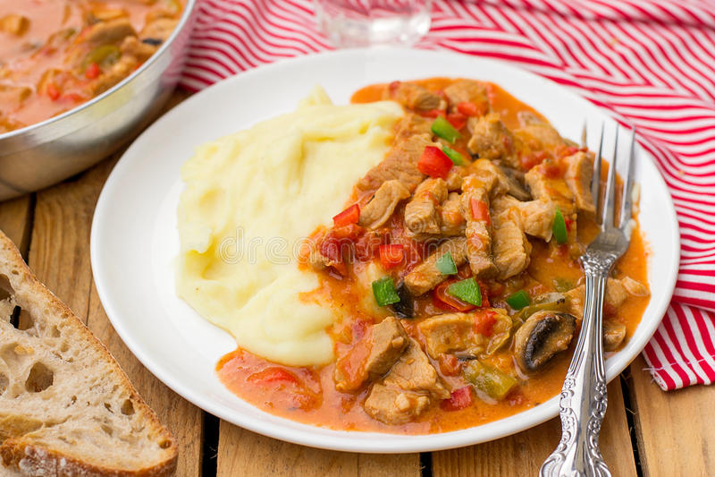 Ungarisches Fleischeintopfgericht Porkolt mit Kalbfleisch und Gemüsepaprika stockfoto