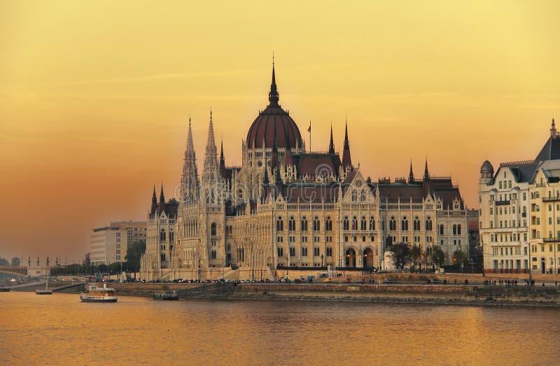 Ungarisches Parlament bei Sonnenuntergang stockbild