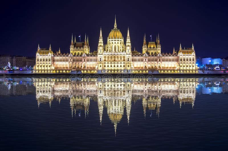 Ungarisches Parlaments-Gebäude nachts mit Reflexion in der Donau, Budapest, Ungarn stockfotos