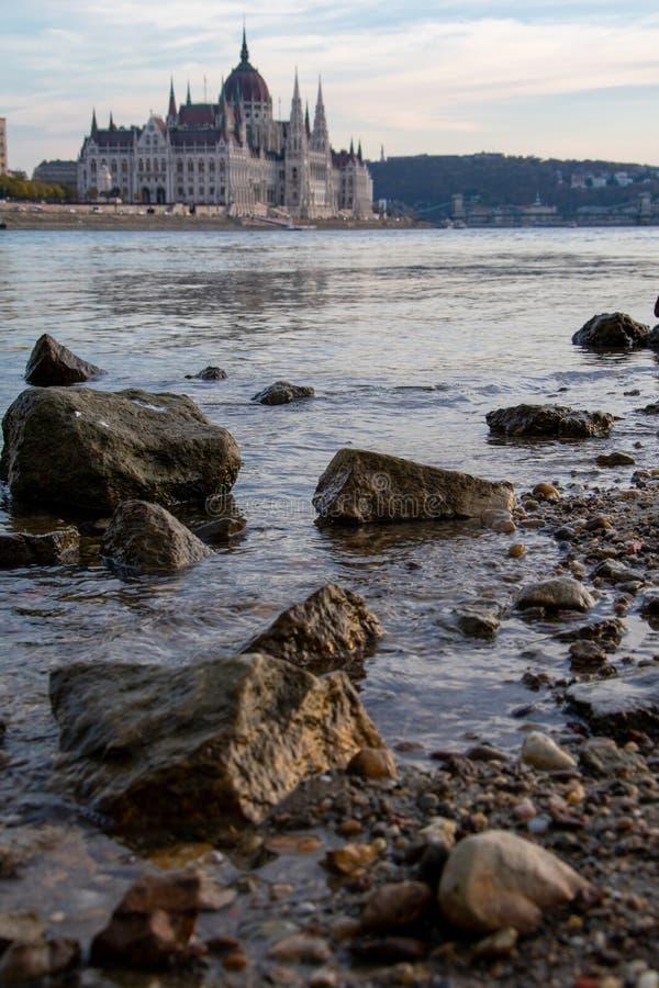 Ungarisches Parlaments-Gebäude von Donau lizenzfreie stockfotos