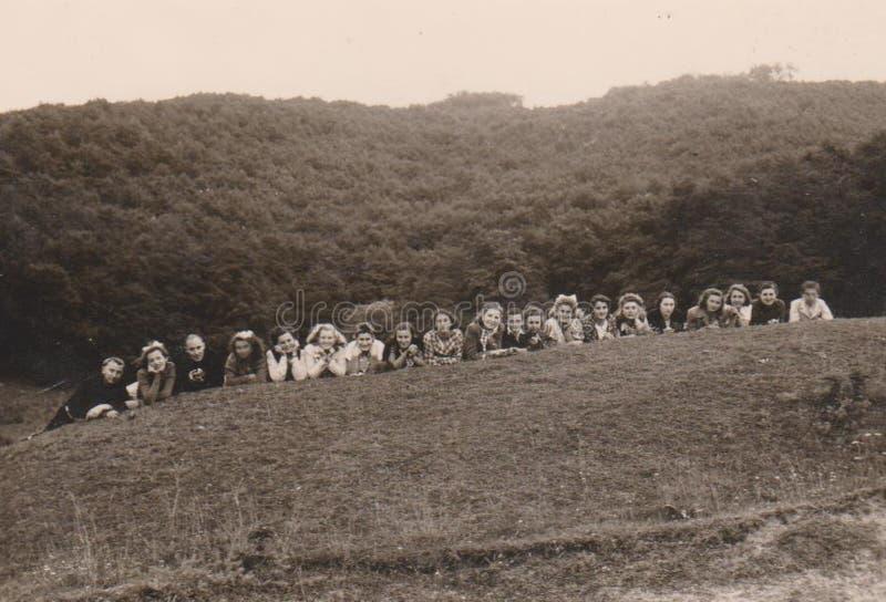 UNGARN CIRCA ` s jungen Damen 1930 mit Franziskaner an einem Student ` s Lager lizenzfreies stockbild