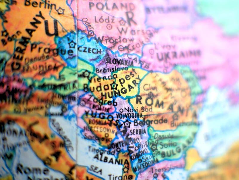 Ungarn-Fokusmakroschuß auf Kugelkarte für Reiseblogs, Social Media, Websitefahnen und Hintergründe stockbild