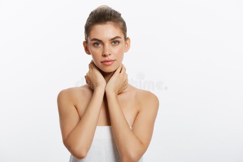 Ungdom- och hudomsorgbegrepp - stående för skönhetkvinnaframsida Härlig modell Girl med perfekt ny ren hud isolerat fotografering för bildbyråer