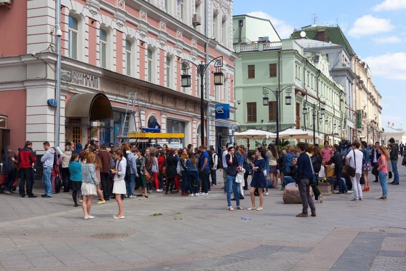 Ungdomar(deltagare) nära Moskva Art Theater School royaltyfria foton