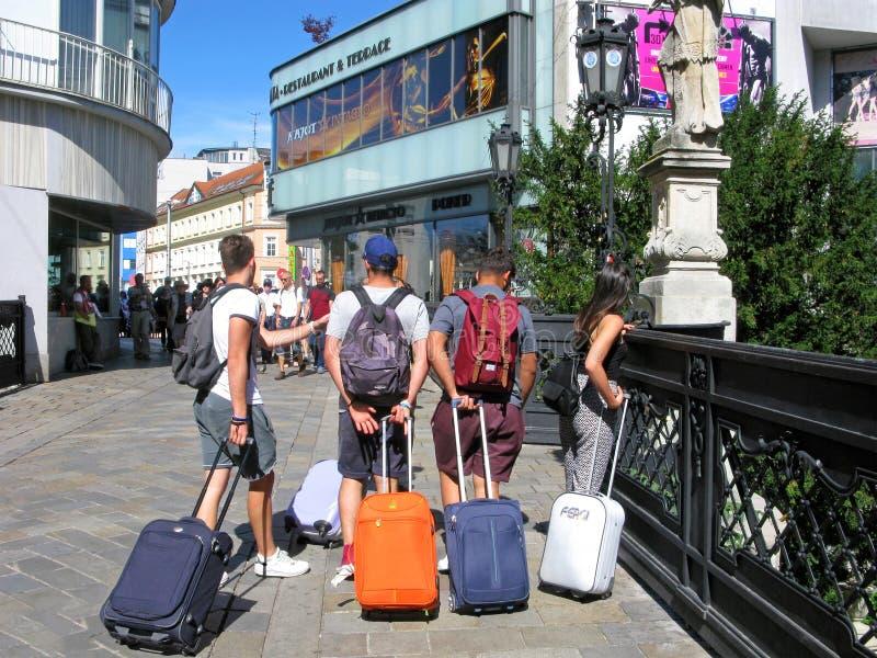 Ungdomar, lopp, Europa, resväskor och ryggsäckar royaltyfri foto