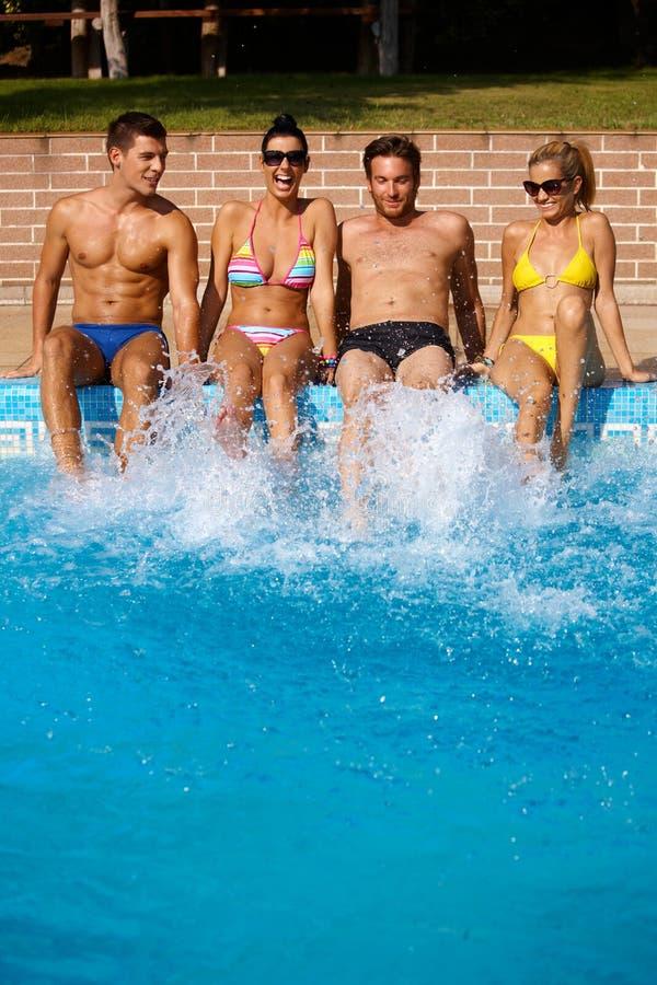 Ungdomar på sommarferie fotografering för bildbyråer