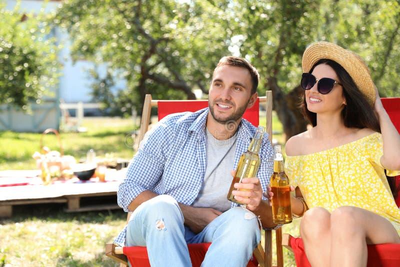 Ungdomar som njuter av picknick på sommardagen royaltyfri bild