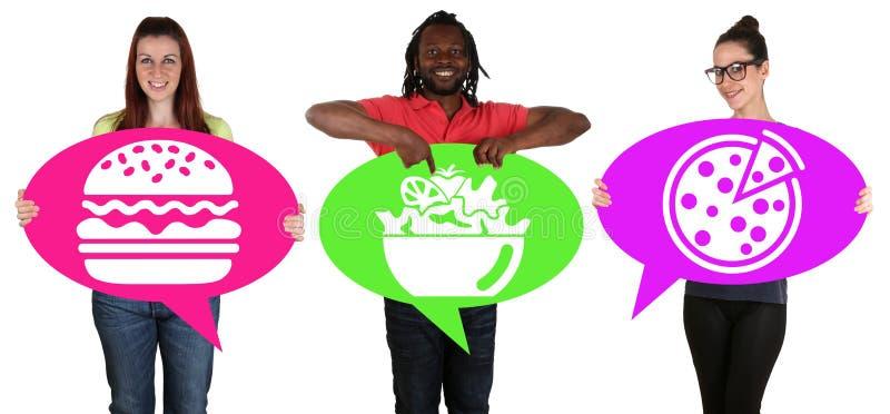 Ungdomarbubblar hållande anförande med pizza, sallad eller hamburg arkivfoto