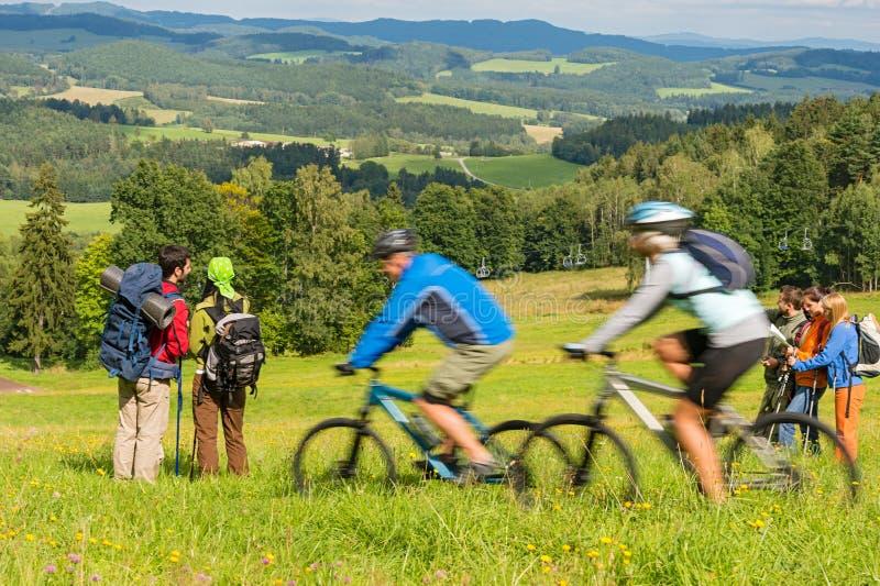 Bemanna att fotvandra och att rida cyklar på springtime tillbringar veckoslutet arkivbilder