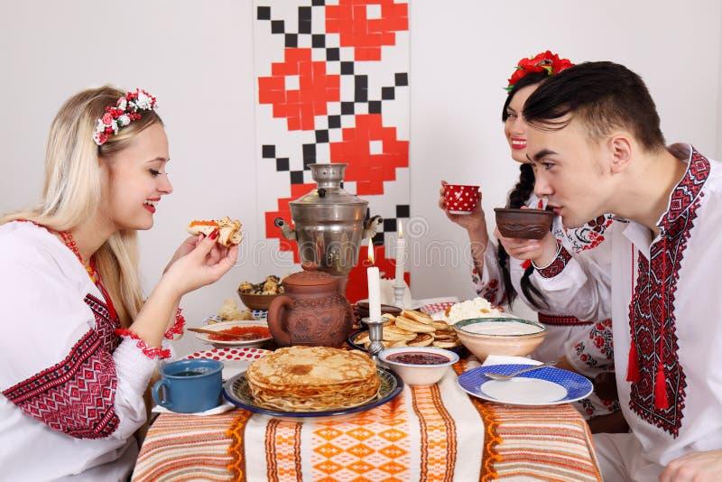 Ungdomarfirar Shrovetide royaltyfri foto