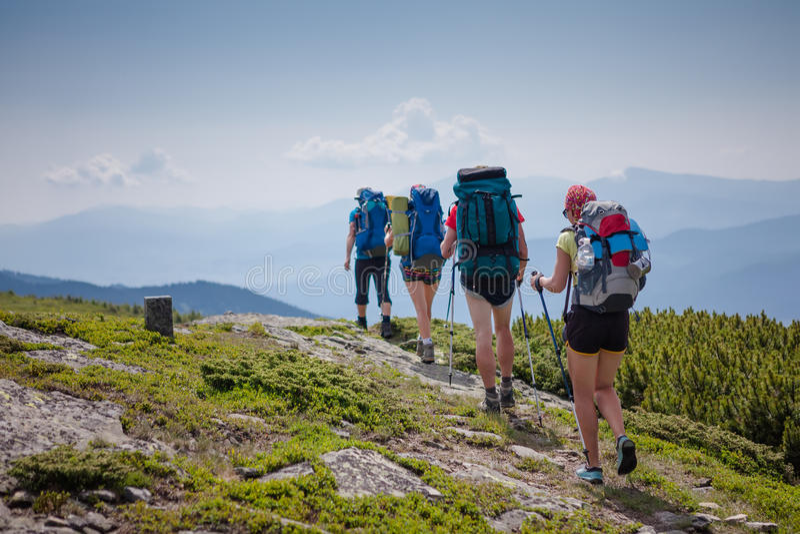 Ungdomarfotvandrar i Carpathian berg arkivbilder