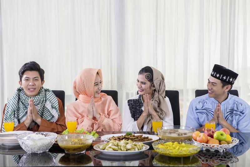 Ungdomargratulerar Eid Mubarak, innan de äter royaltyfri bild