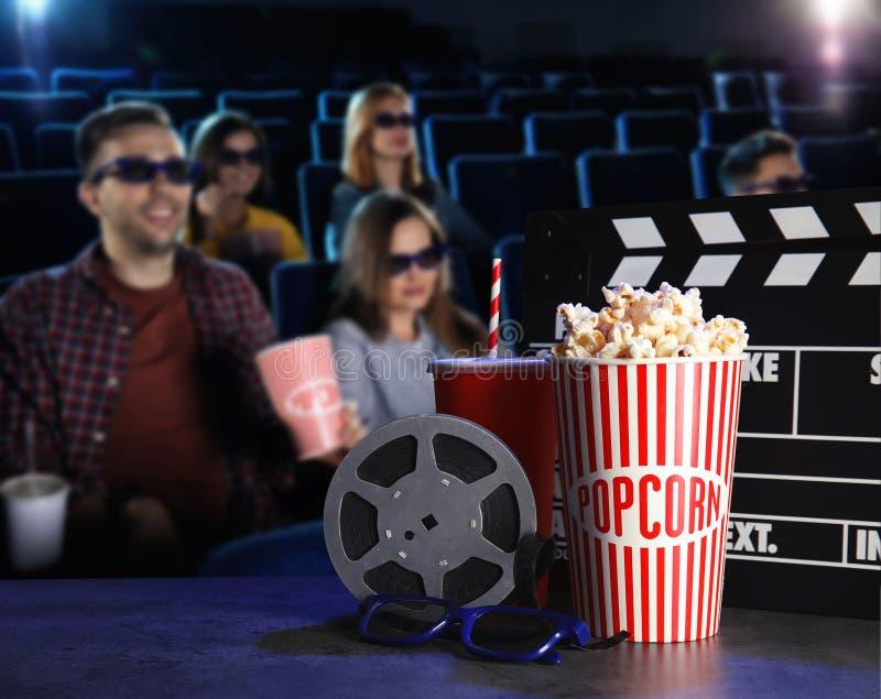 Ungdomarhållande ögonen på film i bio arkivfoto
