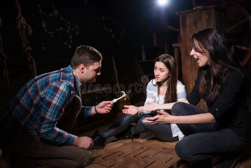Ungdomarjublar att de löste en gåta och ska få nolla royaltyfria foton