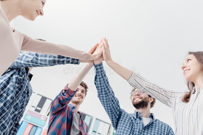 Ungdomarsammanfogande händer tillsammans royaltyfria foton