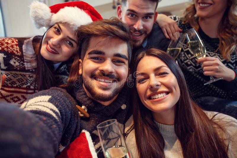 Ungdomarsom är lyckliga tillsammans för nytt år royaltyfri bild