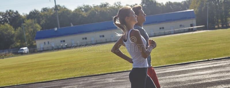 Ungdomarsom är rinnande utomhus Par av löpare på morgonkörning arkivbilder