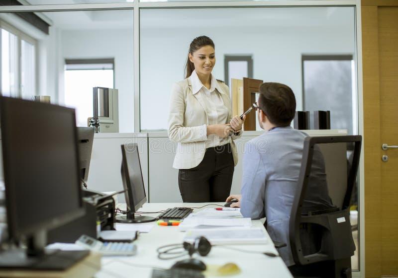 Ungdomarsom arbetar i kontoret royaltyfria foton