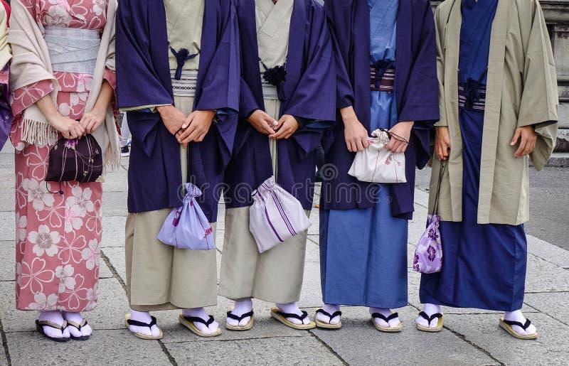Ungdomarsom bär den japanska kimonot fotografering för bildbyråer