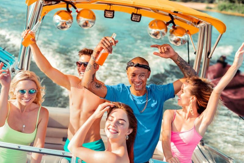 Ungdomarsom dricker och dansar på däcket arkivfoton