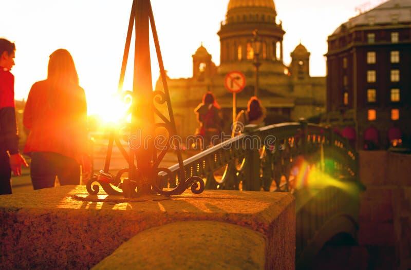 Ungdomarsom går på solnedgången längs promenaden nära St royaltyfri bild